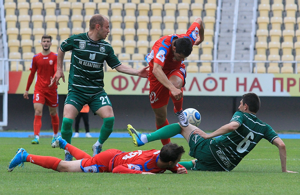 Radenko Bojović wins the ball from jumping Filip Ivanovski, Ivan Vuković lies down, while Riste Markoski watches; photo: FK Rabotnichki
